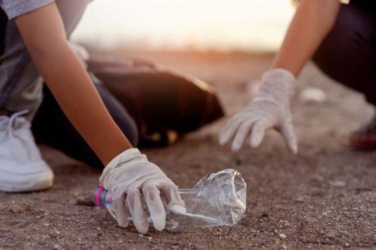 Enfants ramassant les déchets