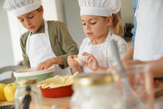 Enfant en train de cuisiner