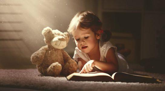 Petite fille en train de lire