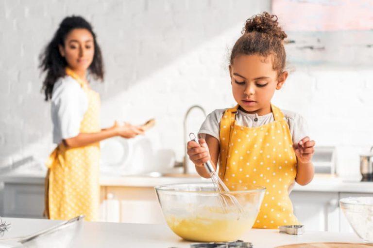 Enfant autonome dans la cuisine