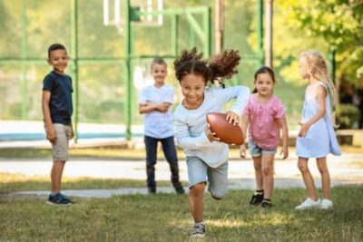 Enfants jouant au rugby
