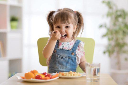 L'enfant goûte la nourriture