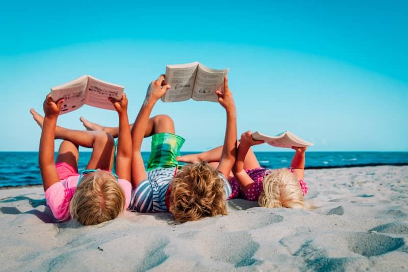 Enfants et livres à la plage