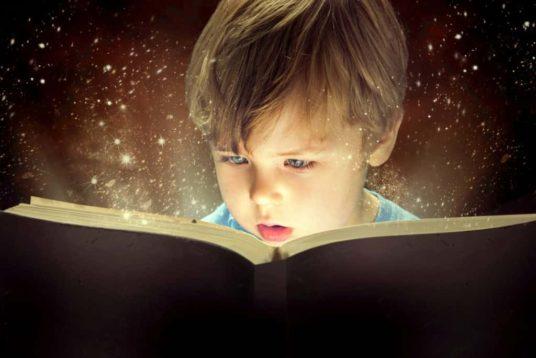Enfant qui découvre l'histoire