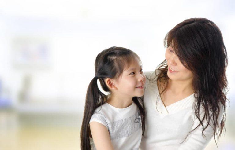 Maman à l'écoute de son enfant