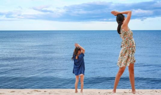 Massages parent enfant plage