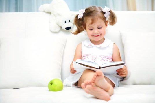 Enfant lisant une histoire