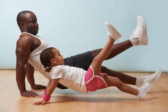 Enfant et parent faisant du sport