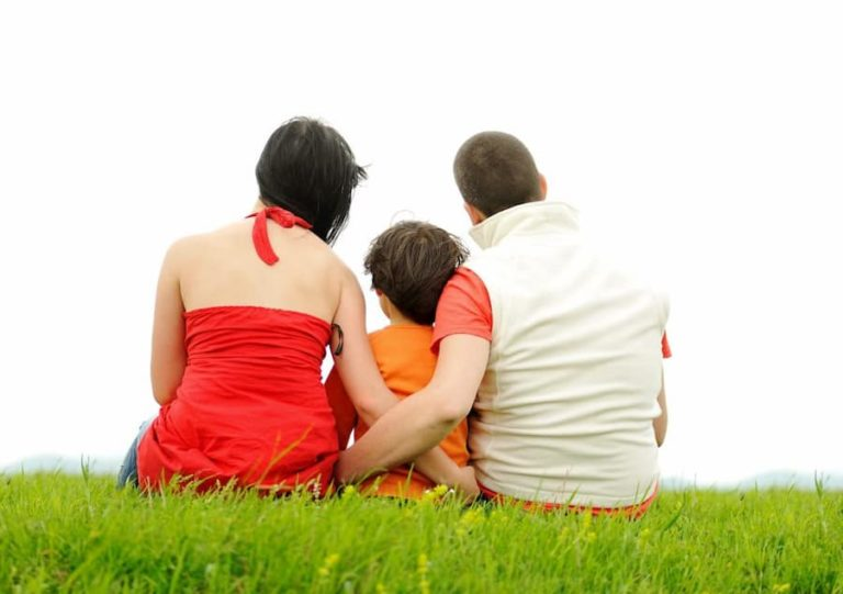 Parents enlacent leur enfant