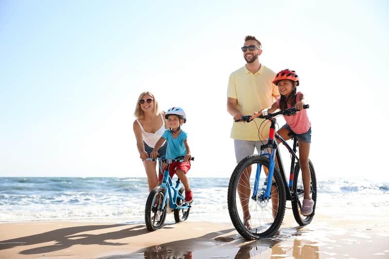 Vacances en famille à la plage vélos