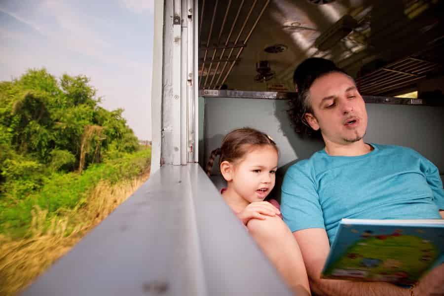 Lire des histoires aux enfants pendant le voyage en train